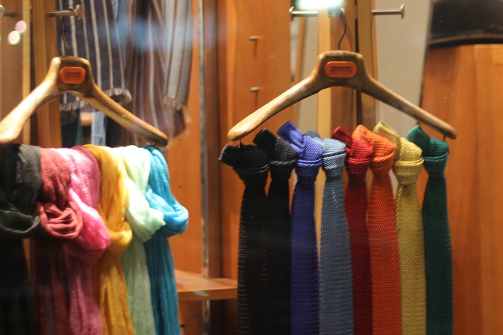 knit tie window