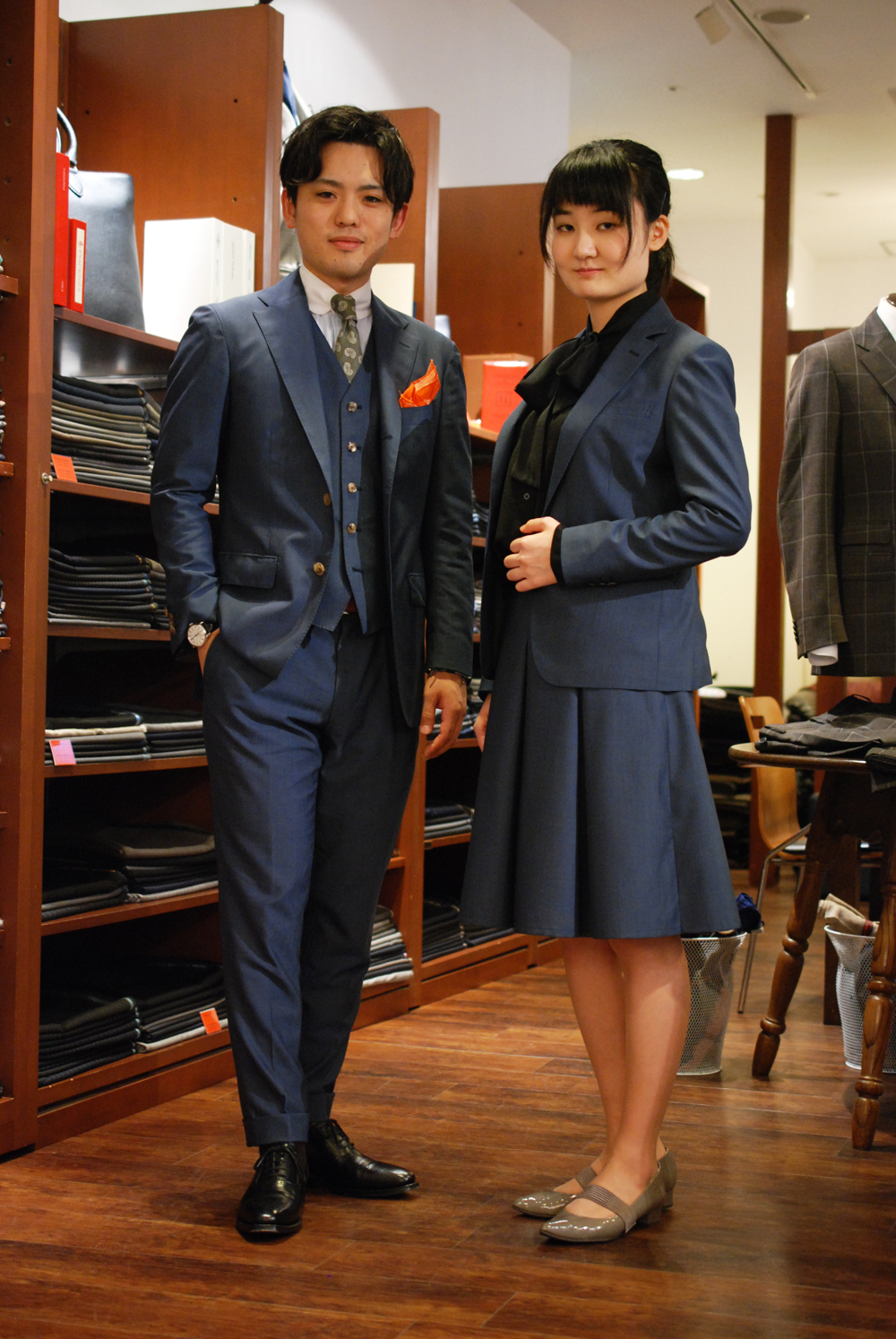 トレーニョ ブルーグレイのスーツ 2ショット