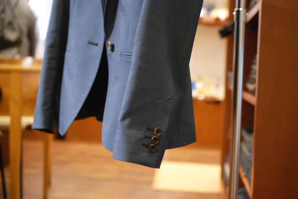 トレーニョ ブルーグレイのスーツ 袖ボタン