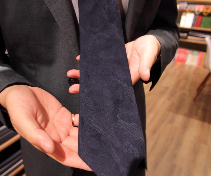スタッフのこだわりスーツ シャドー迷彩模様ネクタイ