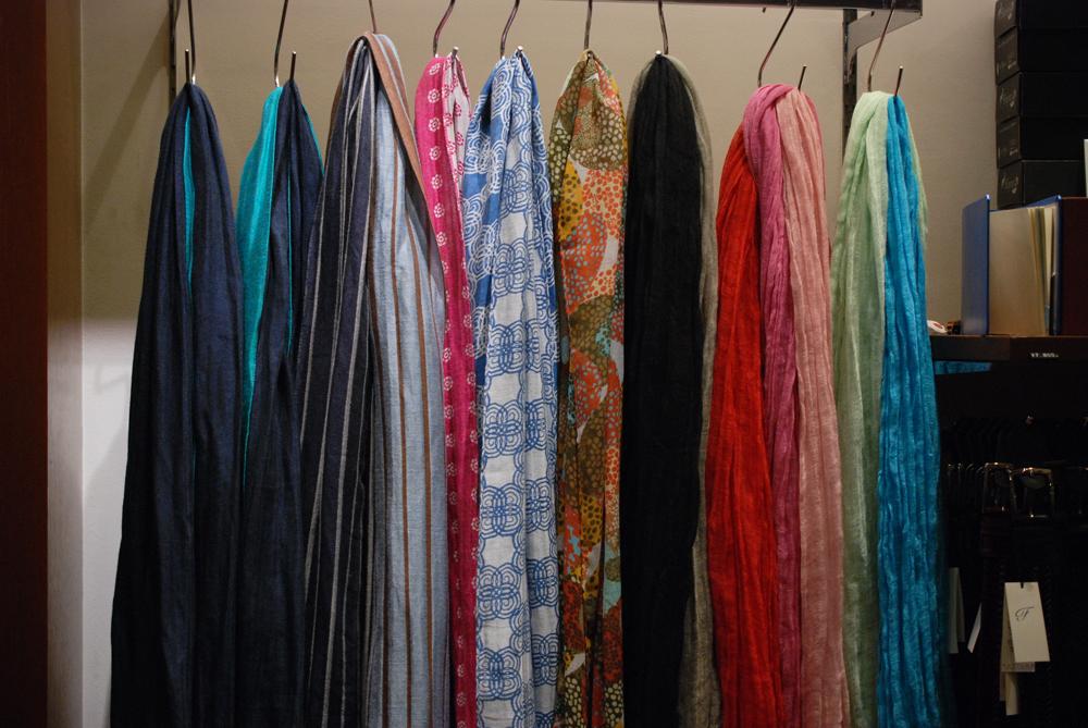素材や色柄でストールには様々な風合いの物が存在します。