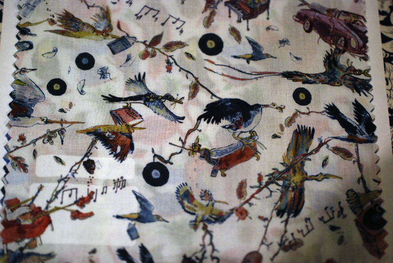 鳥たちが音楽を運ぶ様子が表現されたプリント生地です