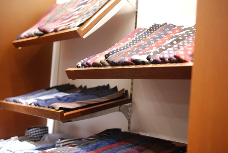 どの棚にもネクタイがぎっしりと並んでいます