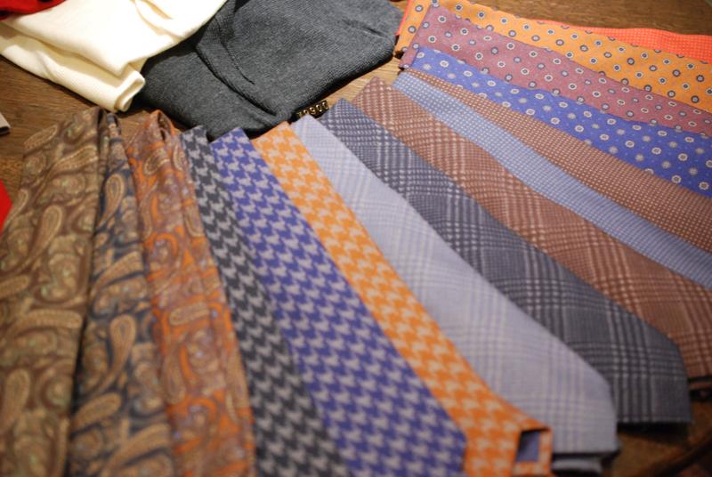 テーブルの上もネクタイです